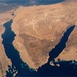 Le Sinaï est une péninsule égyptienne d'environ 60 000 km2, à la forme triangulaire et située entre la Méditerranée (au nord) et la mer Rouge (au sud). Elle est géographiquement située en Asie. Sa frontière terrestre longe le canal de Suez à l'ouest et la frontière israélo-égyptienne au nord-est.